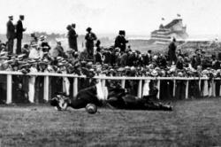 Suffragette dies - throws herself in front of the KIngs Horse